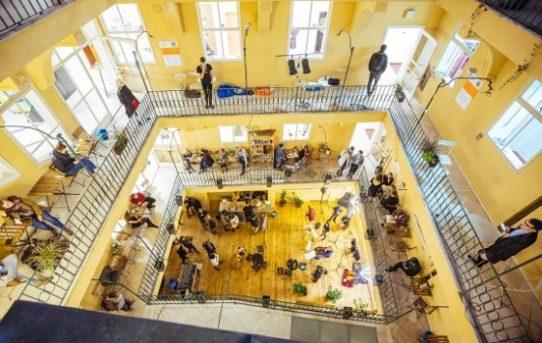 Nový život prázdným domům. Praha otevřela kreativní centrum