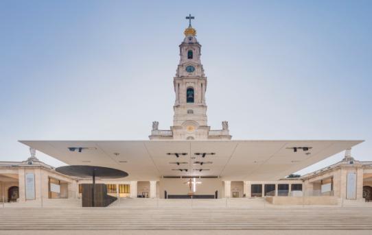 (Čeština) Venkovní oltář v modlitební oblasti/Paula Santos arquitectura