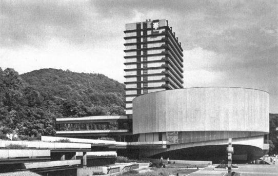 (Čeština) Výstava Česká moderní architektura