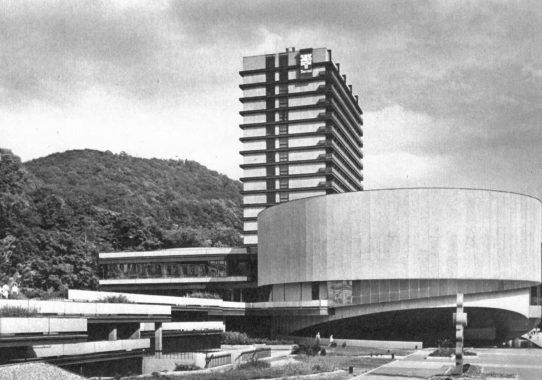 (Čeština) Výstava Česká moderní architektura od secese kdnešku